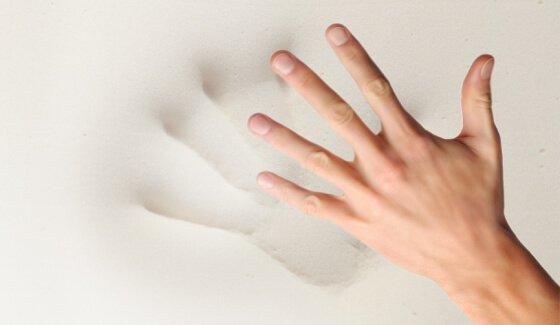 odcisk dłoni na materacu